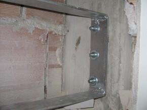 particolare del collegamento con dadi al pilastro in cemento armato