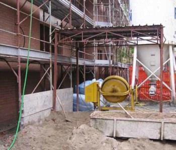 Un cantiere con tamponature in laterizio e malta