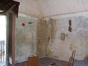 locale con volta a botte e con evidenti fenomeni di degrado sulle pareti