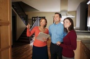 agente immobiliare e clienti
