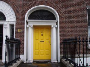 porta ingresso di sicurezza gialla