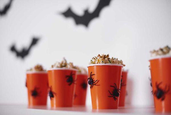 Decorazioni halloween: bicchieri con finti ragnetti