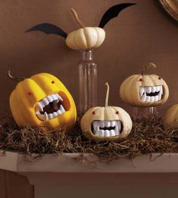 Zucca per Halloween con finta dentatura da vampiro