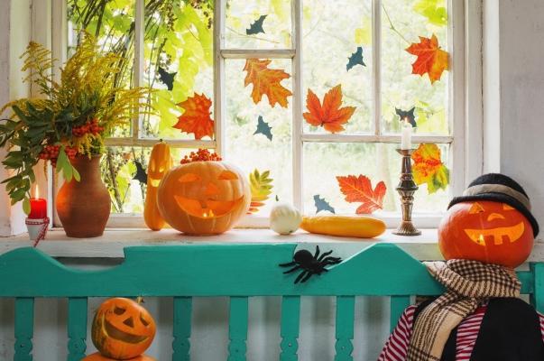 Addobbare la casa con zucche e foglie autunnali per Halloween