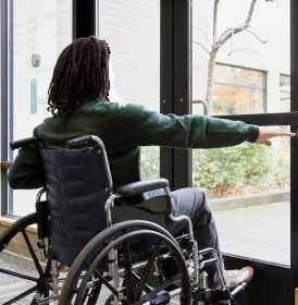 Una porta adeguata alle esigenze del disabile