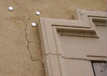 Rilevamento con crepemetro di una crepa muraria Ditta Georeflex srl