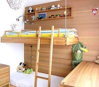 Una camera per ragazzi con parete in cedro