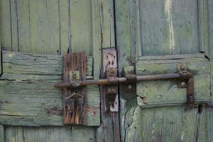 Porta in legno rovinata