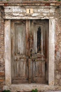 Porta esterna molto degradata