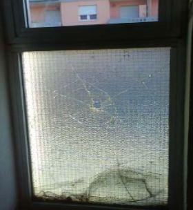 La rottura della lastra in vetro retinato