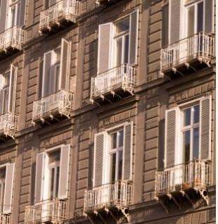 Una facciata di un edificio con persiane