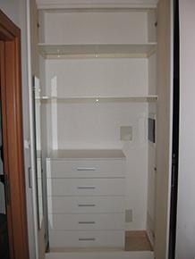 spazio interno completo con mensole, cassettiera e ante