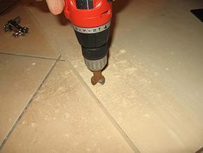 realizzazione di un incavo sul pannello come sede della cerniera