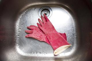 pulizia del lavello in acciaio