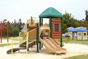 Area giochi per bambini con castello e scale