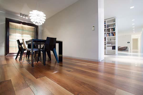 Pulire il parquet senza rovinarlo for Pavimento in legno interno