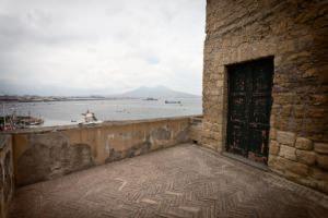 Napoli: Costruzione in tufo giallo a vista