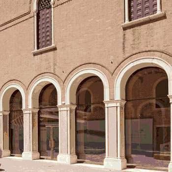 La chiusura di un portico di pregio architettonico