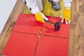 ... un danneggiamento ed un distacco del nuovo pavimento posato in opera