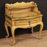 Comodino spagnolo in legno laccato e dorato