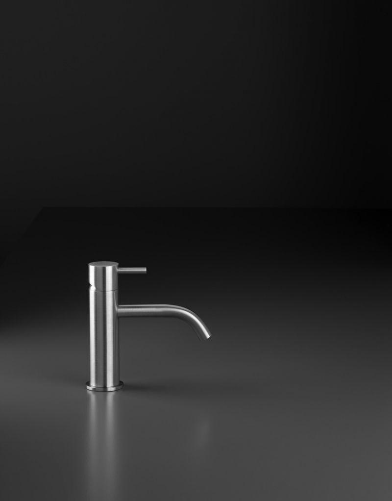 Miscelatore per lavabo da appoggio di design 1