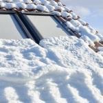 Finestra per tetti VELUX con anima in legno e finitura bianca